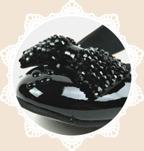 どんなに素材が良くても、靴作りに欠かせないラスト(木型)が日本の女性の足に合っていなければ、足にフィットせず、履き心地が悪くなります。 したがってラストのフォルムには万全を期しています。 また、例えばレインパンプスの上位モデルでは、ひと手間加えた製法で防水性と通気性を両立させるなど、様々なノウハウを持っています。